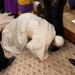 Why did Pope Francis kiss the feet of the South Sudanese leaders?